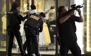 Agentes de policía registran a una persona enMariahilferstrasse, en el centro de Viena.