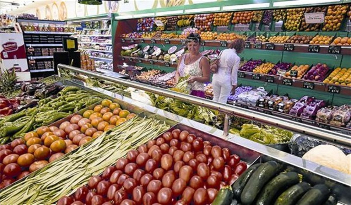 Línea de frescos -frutas y verduras- de un supermercado de Condis en Barcelona.