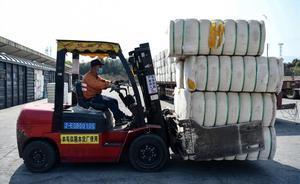 Marcas como Nike o H&M sufren un boicot en China por el algodón de Xinjiang. En la foto, un trabajador descarga algodón de Xinjian en una estación de tren en Kiujiang.