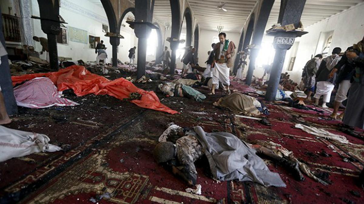 Cuerpos de las víctimas del atentado suicida en una mezquita en Saná.