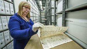 Pepa Sánchez consulta un expediente histórico del archivo que dirige.
