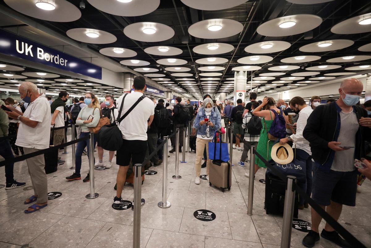 Cola de pasajeros para pasar el control de pasaportes a su llegada a la Terminal 5 del aeropuerto de Heathrow.