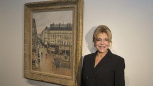 Carmen Thyssen, junto al cuadro de Camile Pissarro 'Rue Saint-Honoré por la tarde. Efecto de lluvia.
