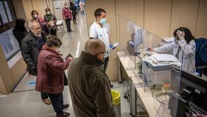 Pacientes hacen cola en el punto de información del CAP de Sant Martí de Provençals de Barcelona, este viernes.