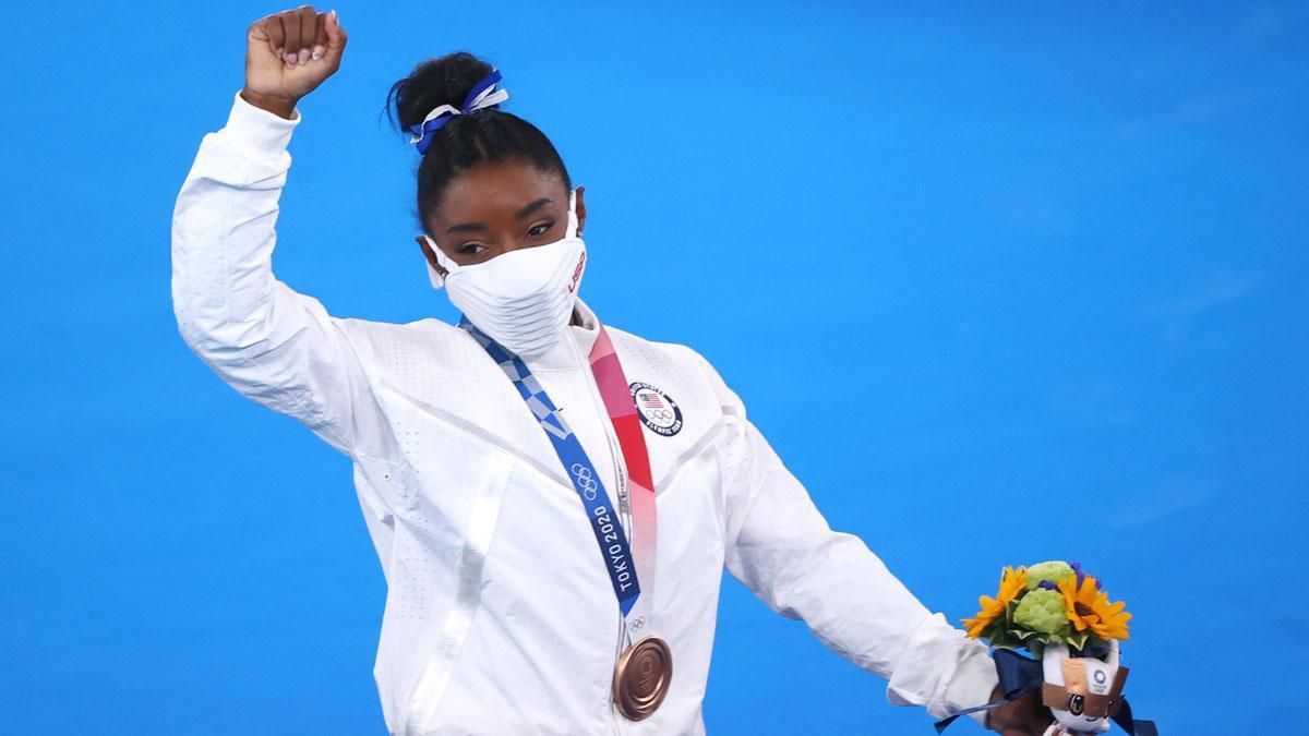 Simone Biles con la medalla de bronce conseguida en la barra de equilibrio.