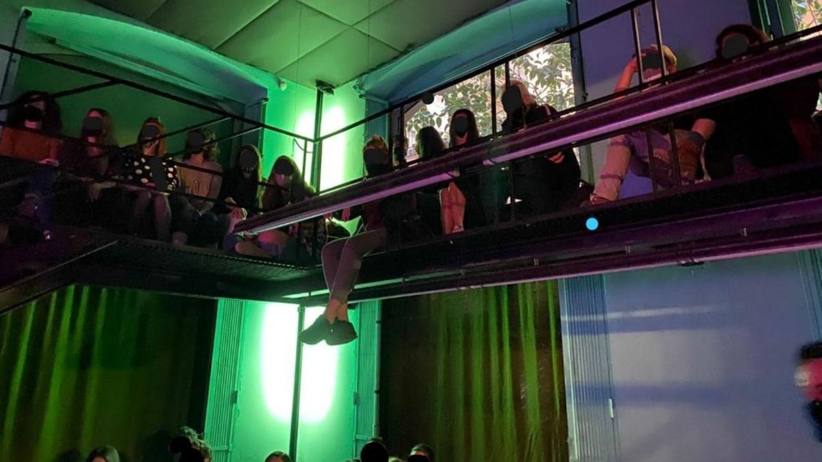 La Guardia Urbana clausura una fiesta ilegal en un bar del distrito de Ciutat Vella.