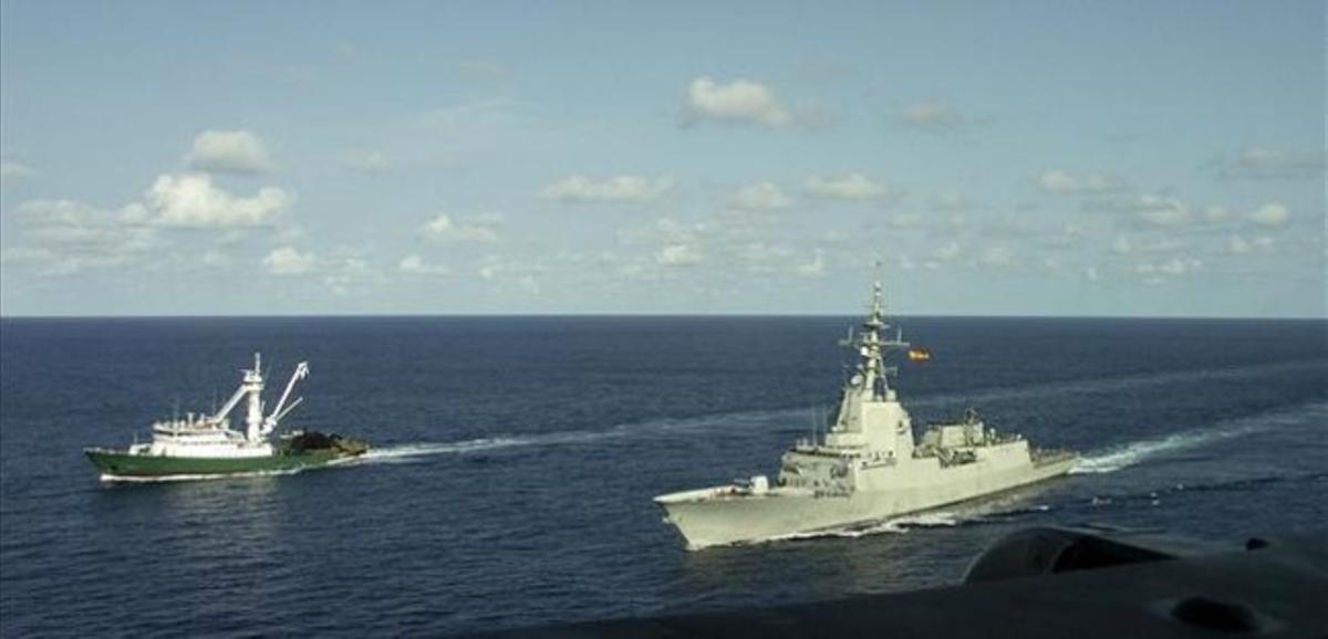La fragata 'Méndez Nuñez' escolta a un atunero español en aguas de Somalia, en el 2008.