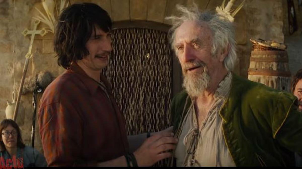 Escena del tráiler de la película 'El hombre que mató a Don Quijote', con Adam Driver y Jonathan Pryce.