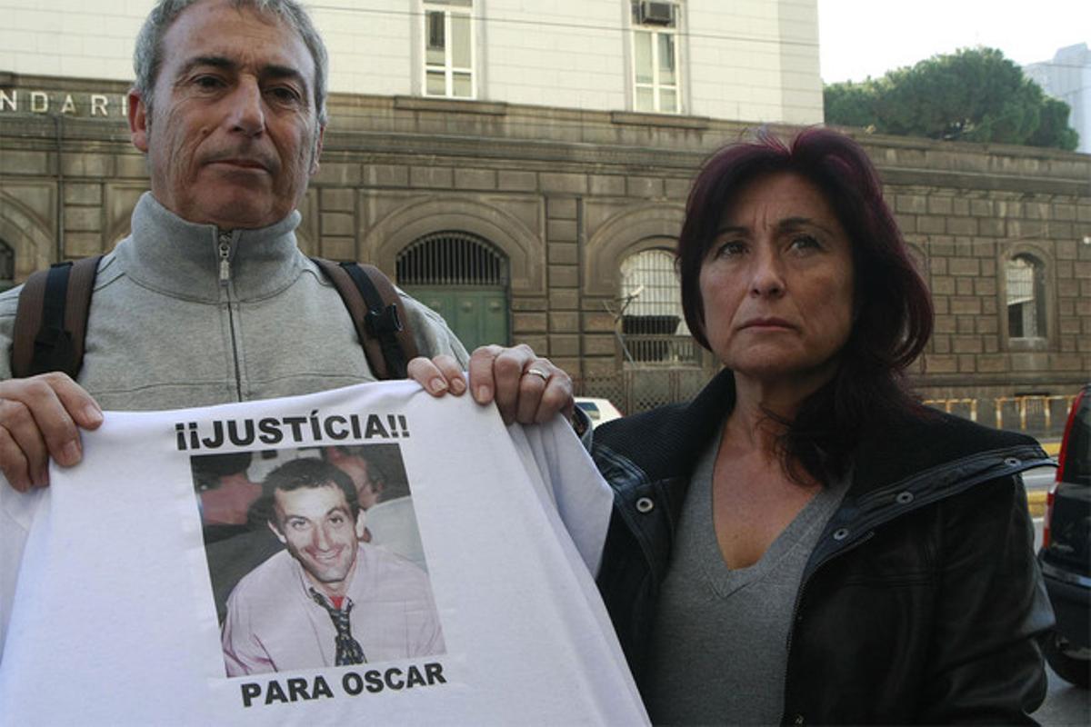 José Antonio Sánchez, el hermano de Óscar, y su esposa reclaman su libertad ante la prisión de Nápoles el pasado 8 de diciembre.