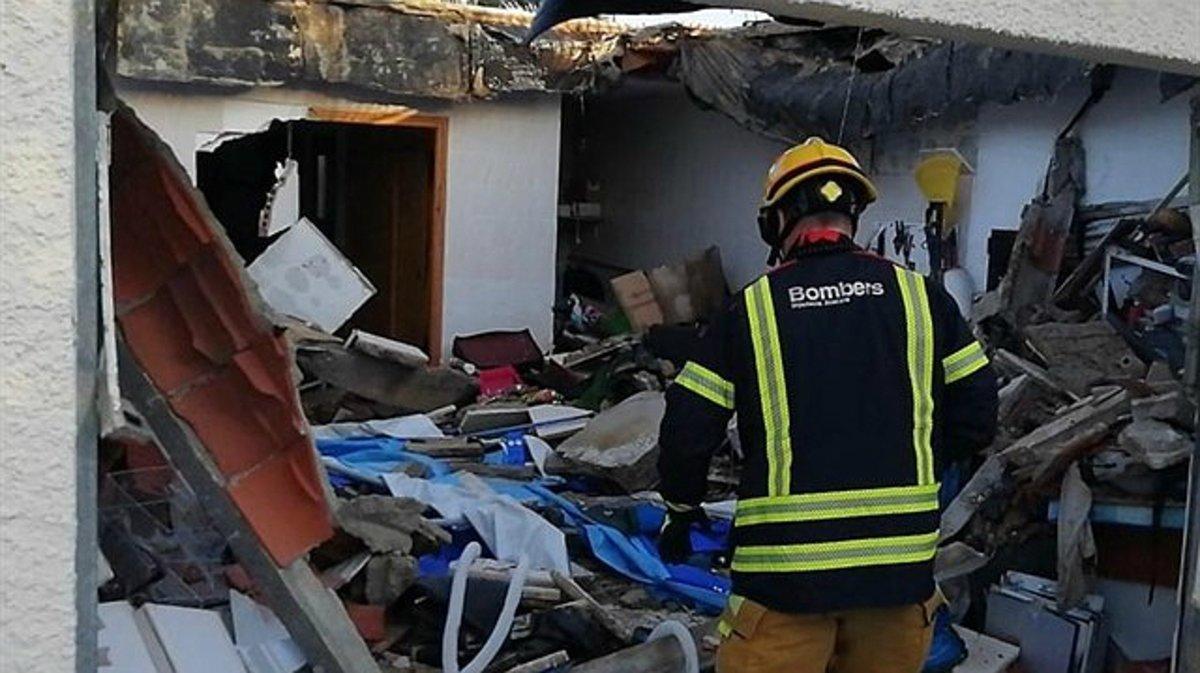 Los bomberos trabajan en el lugar del derrumbe en el chalé de Mutxamel, en Alicante.
