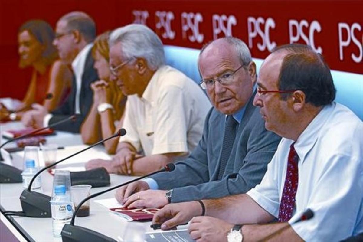 José Montilla habla con Miquel Iceta, en primer plano, durante la reunión de la ejecutiva del PSC del pasado lunes.