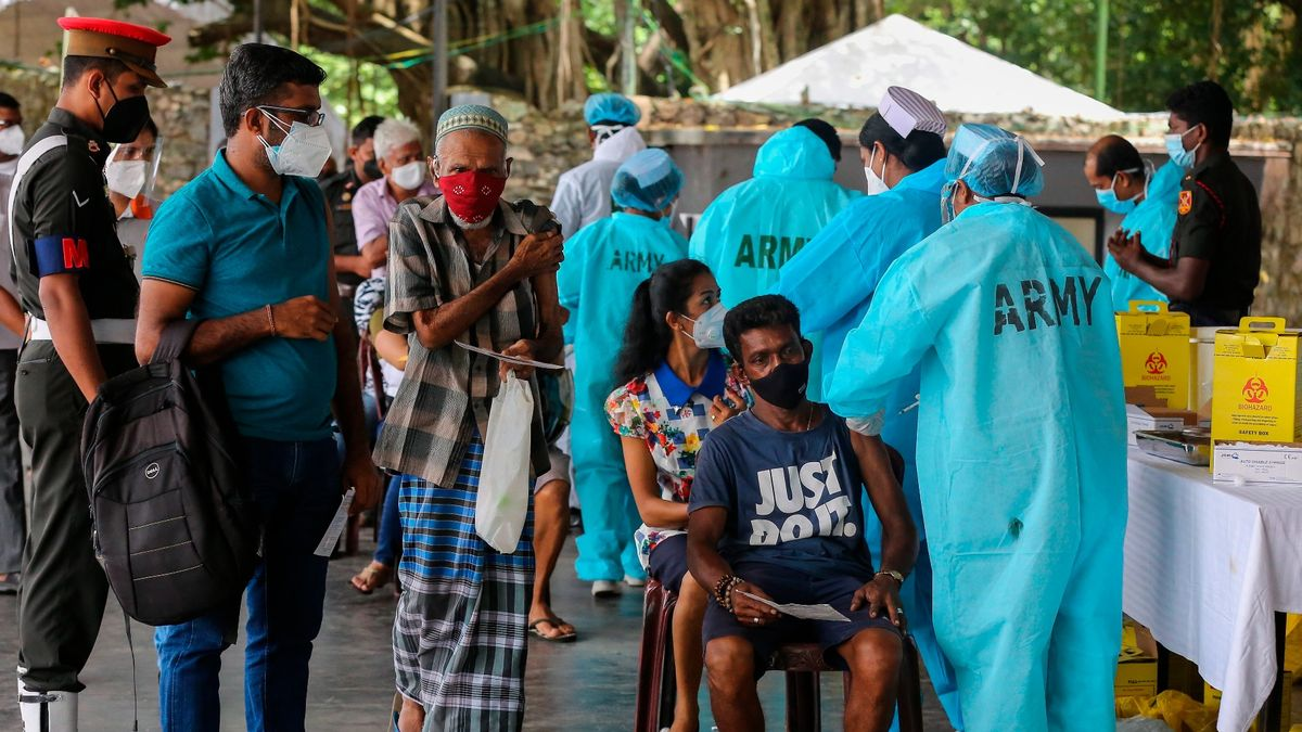 Miembros del Ejército de Sri Lanka administran la segunda dosis de astrazeneca en Colombo, el pasado día 2.