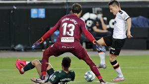 Gameiro ante Diego López, en el partido disputado en Mestalla.