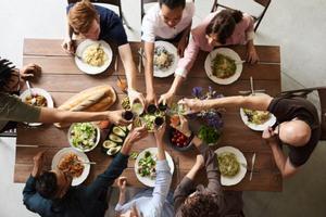 ¿Te han invitado a una cena? ¡No vayas con las manos vacías!