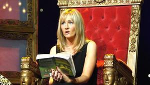 J. K. Rowling con un libro de 'Harry Potter' en el 2006