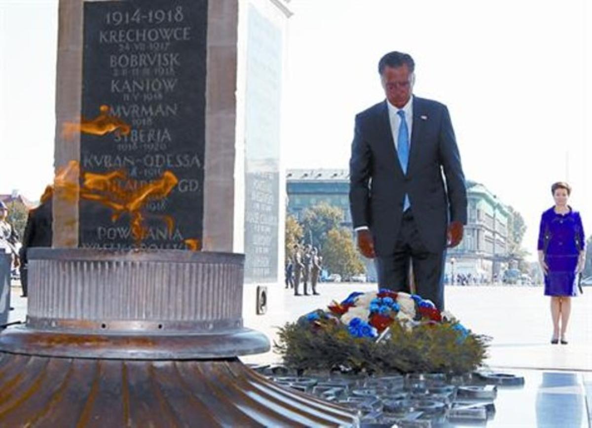 Polonia 8 Romney en la Tumba del Soldado Desconocido, en Varsovia.