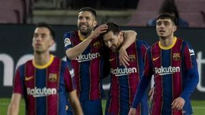 Los jugadores del Barcelona celebran el tanto de Messi