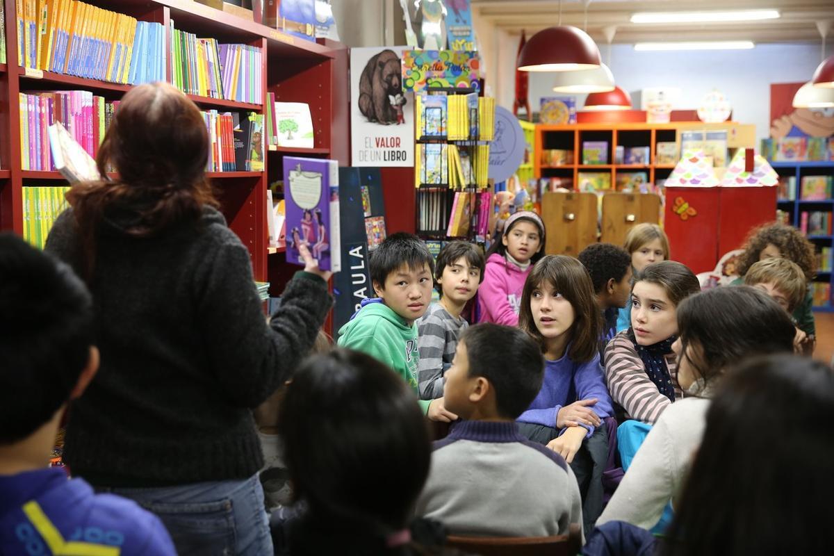 Club de lectura de niños de 11 años en la librería La Caixa d'Eines.