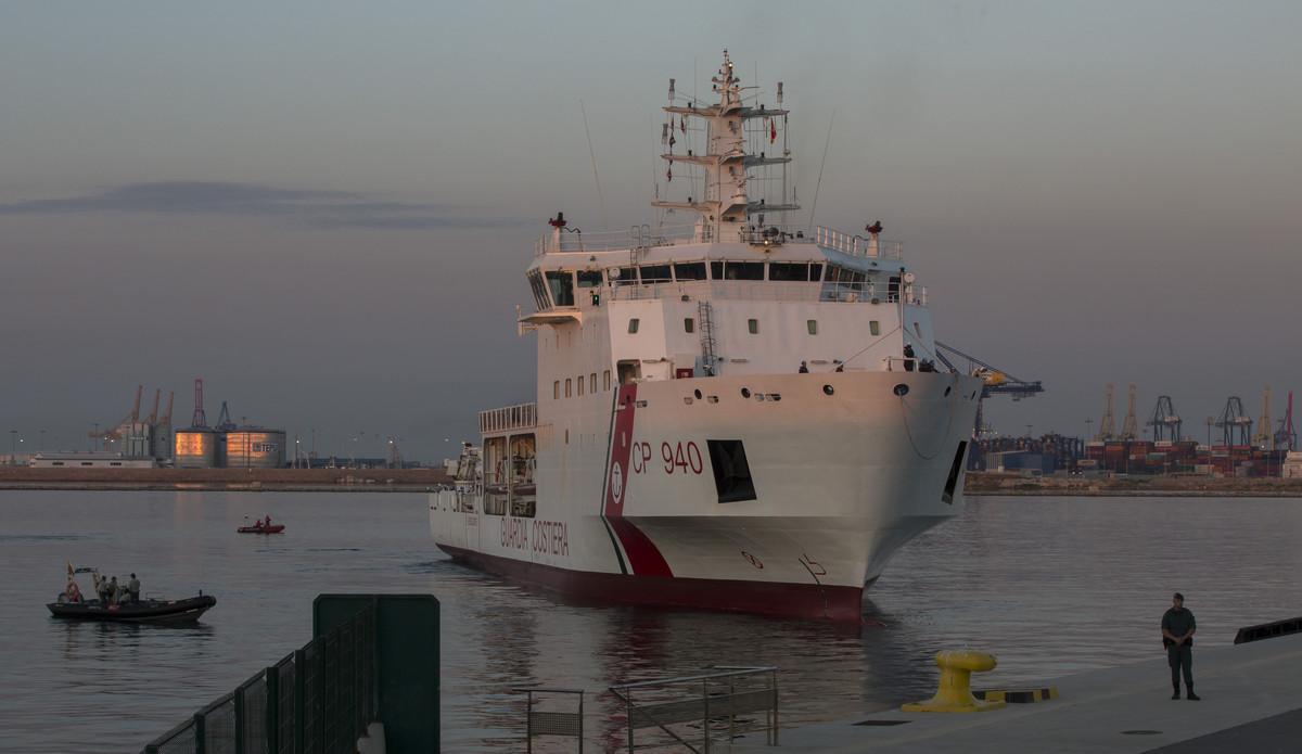 El 'Dattilo' atraca en el puerto de València con 247 inmigrantes a bordo.