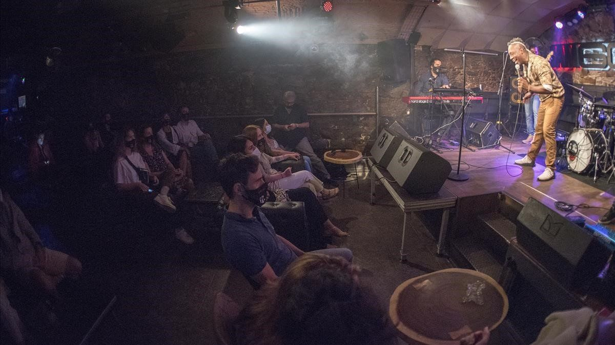El pasado 28 de Mayo, en pleno estado de alarma, la Sala Jamboree de Barcelona abrió sus puertas para reanudar su actividad con un doble concierto de Clarence Bekker. Con estrictas medidas de seguridad pudimos entrar los fotógrafos, por turnos para no coincidir y respetar el aforo máximo de 30 asistentes. Un concierto especial por lo excepcional del momento, con sillas, distanciamiento, mascarilla y gel desinfectante para el que fue el primer concierto en directo de la era Covid-19.