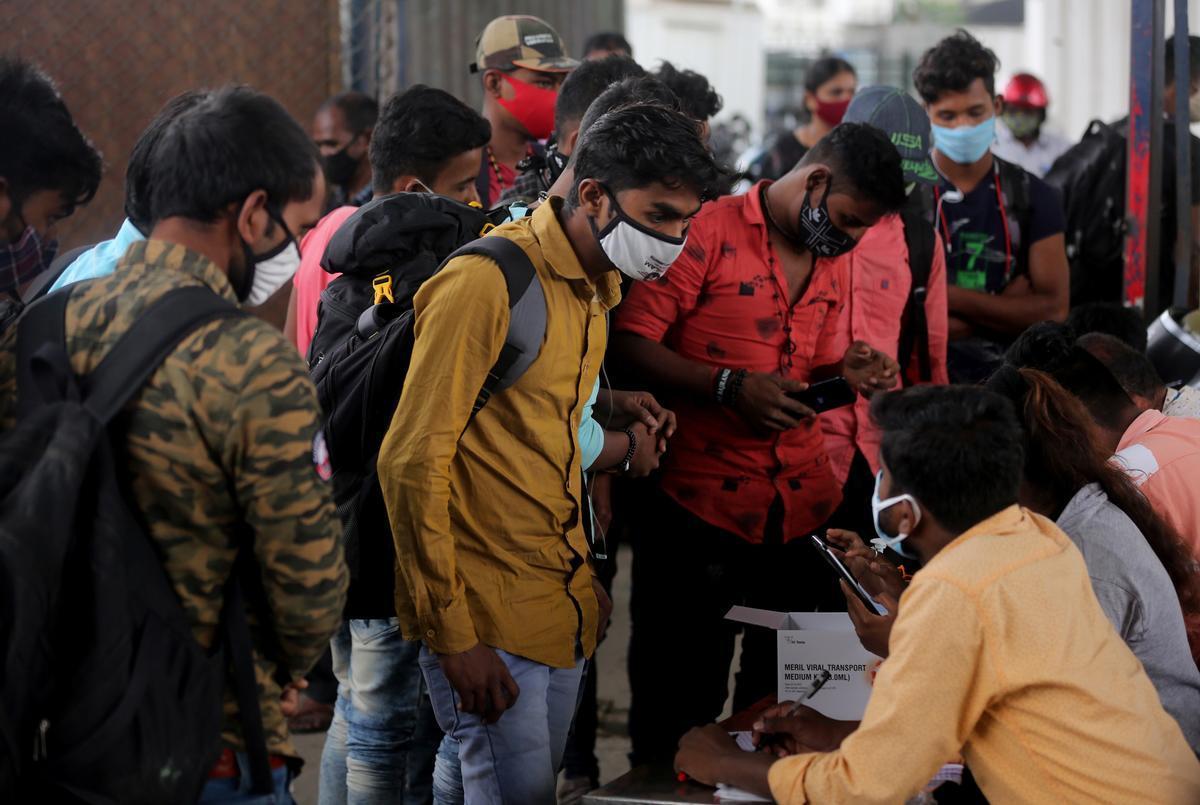 Ciudadanos de Bangalore hacen cola para realizarse test de covid, el lunes.