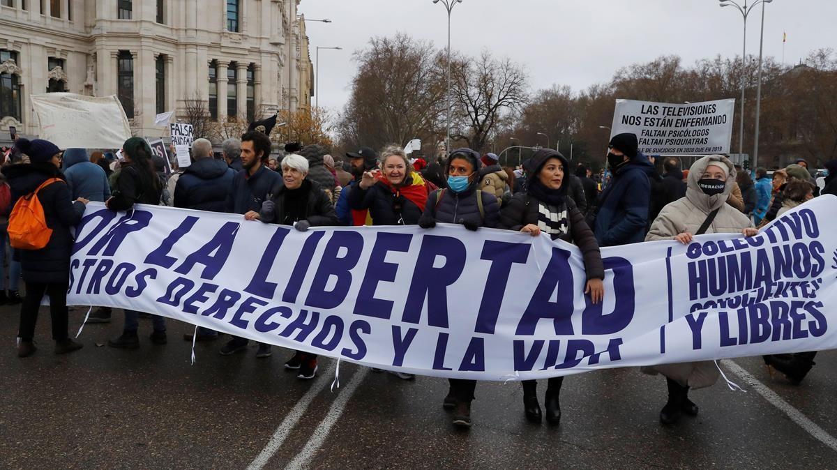 Varias personas participan en la manifestación en Madrid contra las medidas sanitarias