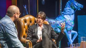 Brett Anderson (Suede), conversa con el periodista Xavi Sancho (izquierda) en el escenario del CCCB, en el Primera Persona 2019.