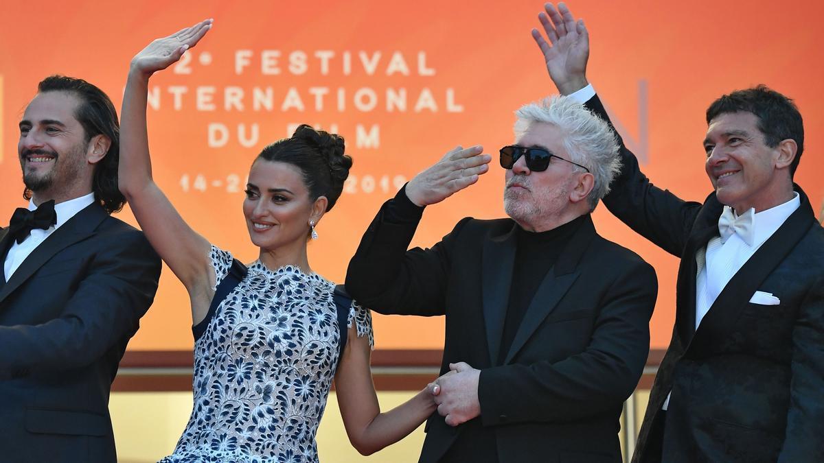 Pedro Almodóvar y el equipo de 'Dolor y gloria', filme presentado en el Festival de Cannes 2019, el último antes de estallar la pandemia.