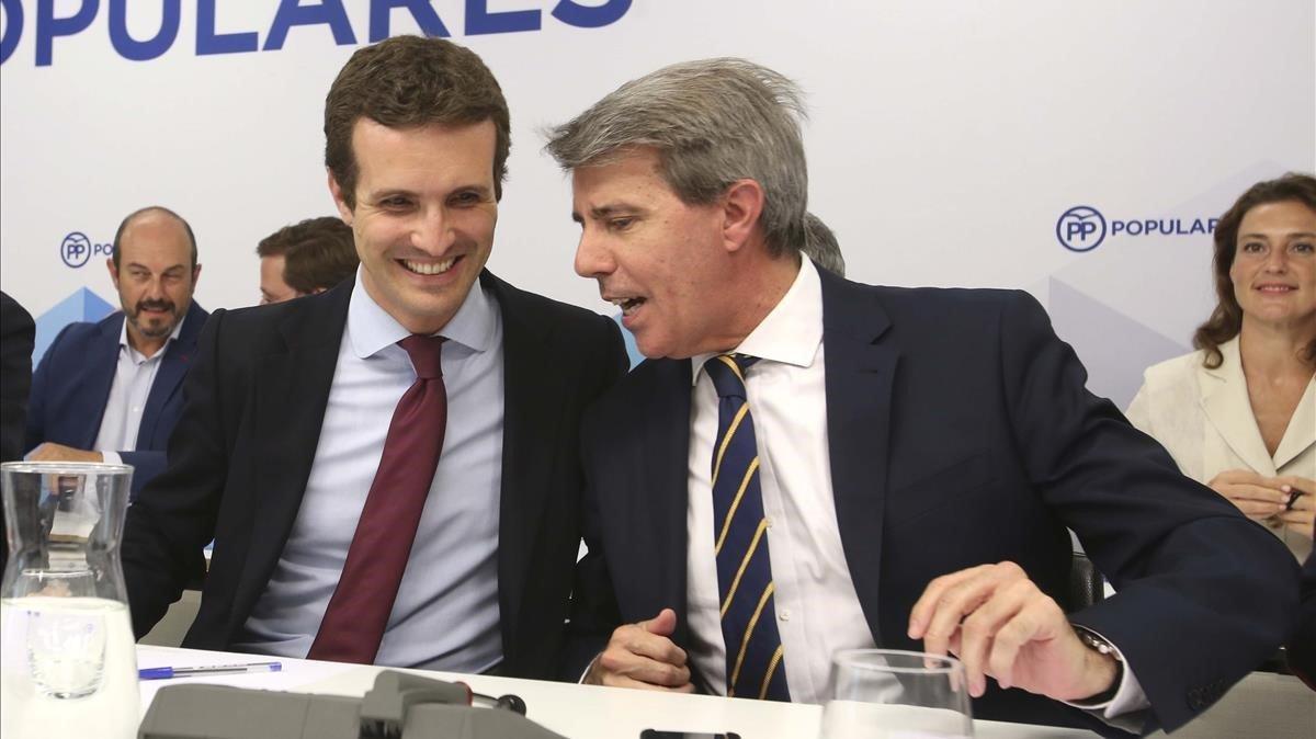 El presidente del Partido Popular,Pablo Casado, con Ángel Garrido durante una reunión de la ejecutiva del PP madrileño celebrada el 30 de julio de 2018.