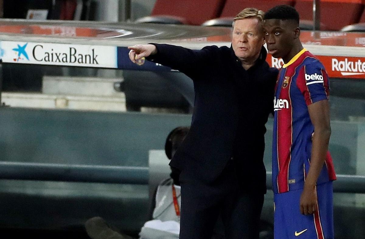 Iliax Moriba, junto a Ronald Koeman, técnico del Barça.