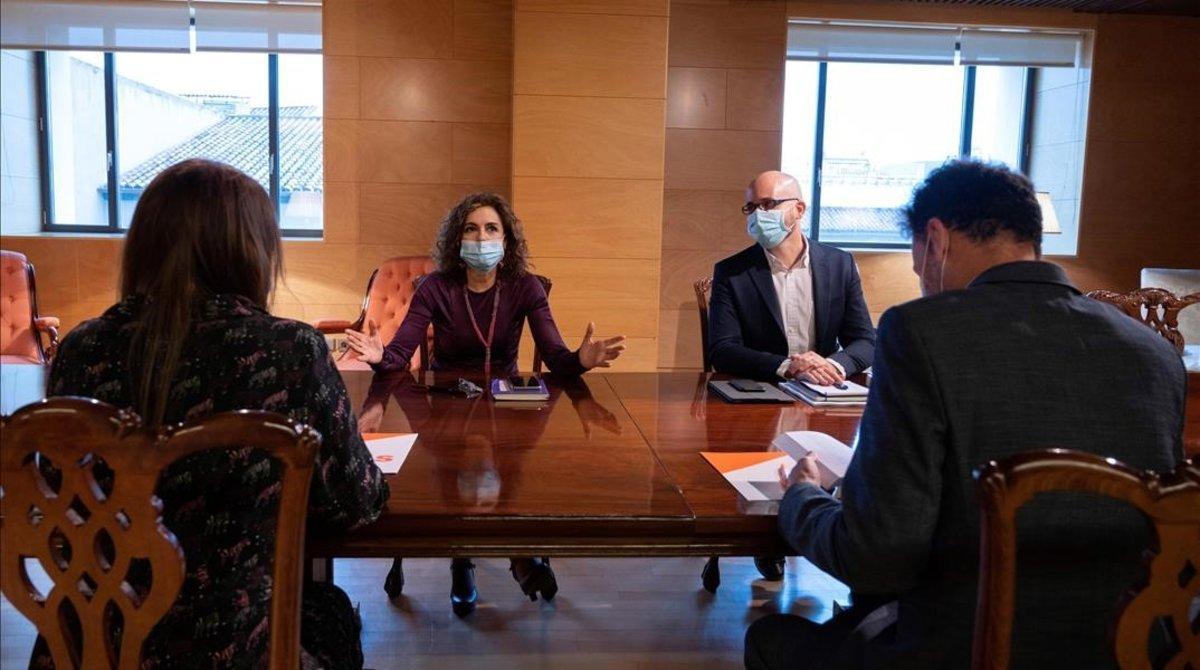 La ministra de Hacienda, María Jesús Montero (PSOE), y el secretario de Estado de Derechos Sociales,Nacho Álvarez (Podemos), esta mañana en la reunión con los dirigentes de Ciudadanos en el Congreso.