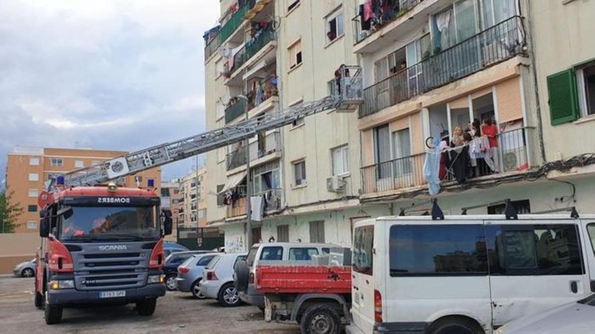 Bomberos y policías rescatan a unos okupas que no podían salir del piso en Palma