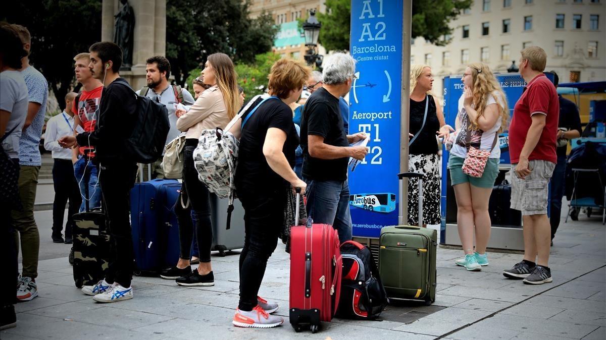 Turitas esperando el Aerobus en la Plaza Catalunya.