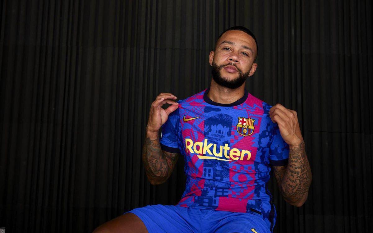 Memphis posa con la nueva camiseta del Barça para la temporada 21-22.
