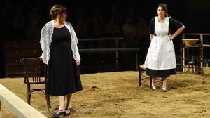 Un momento de la obra 'Bodas de sangre' con Clara Segura y Nora Navas.