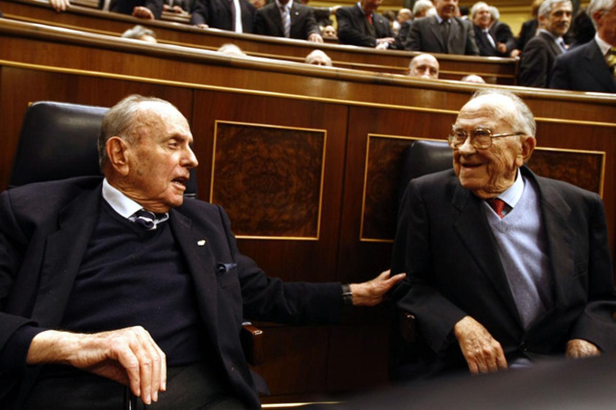 Manuel Fraga parla amb Santiago Carrillo, el 23 de febrer, al Congrés dels Diputats, durant l'acte d'aniversari del 23-F.