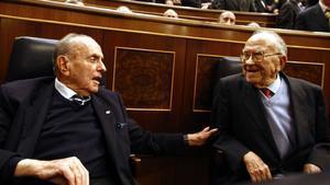 Manuel Fraga habla con Santiago Carrillo, el pasado 23 de febrero en el Congreso de los Diputados, durante el acto de aniversario del 23-F.