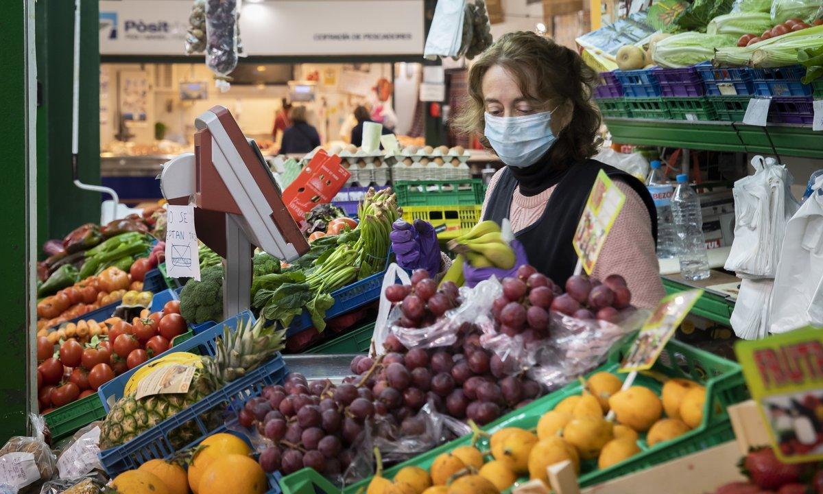 Puesto de verdura en un mercado municipal.