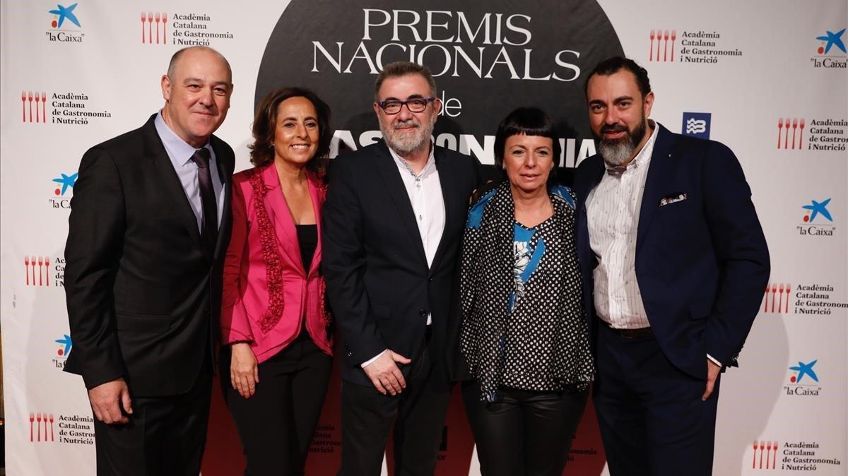De izquierda a derecha, el jefe de sala Joan Carles Ibáñez, los periodistas Cristina Jolonch y Pau Arenós y los chef Fina Puigdevall y Rafa Zafra, todos ellos premiados por la Academia de la Gastronomia Catalana este 2019, este miércoles en la Llotja de Mar.