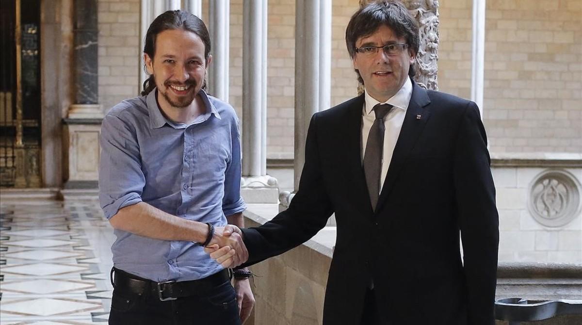 Pablo Iglesias y Carles Puigdemont, en el Palau de la Generalitat, en abril del año pasado.