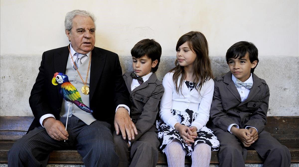 El escritor junto a sus nietos el dia de la entrega del Cervantes