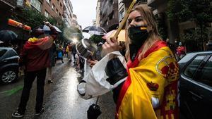 Una mujer golpea una cacerola en la calle de Núñez de Balboa de Madrid por la gestión de la crisis del coronavirus por parte del Gobierno, el 12 de mayo.