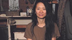 La directora Chloé Zhao, en el autocine en el que se estrenó Nomadland en Los Ángeles en 2020.