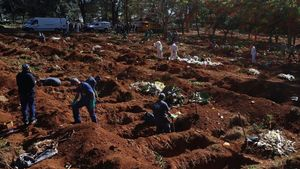 Trabajadores entierran a víctimas de covid-10 en el cementerio de Vila Formosa de Sao Paulo, el más grande de América Latina.