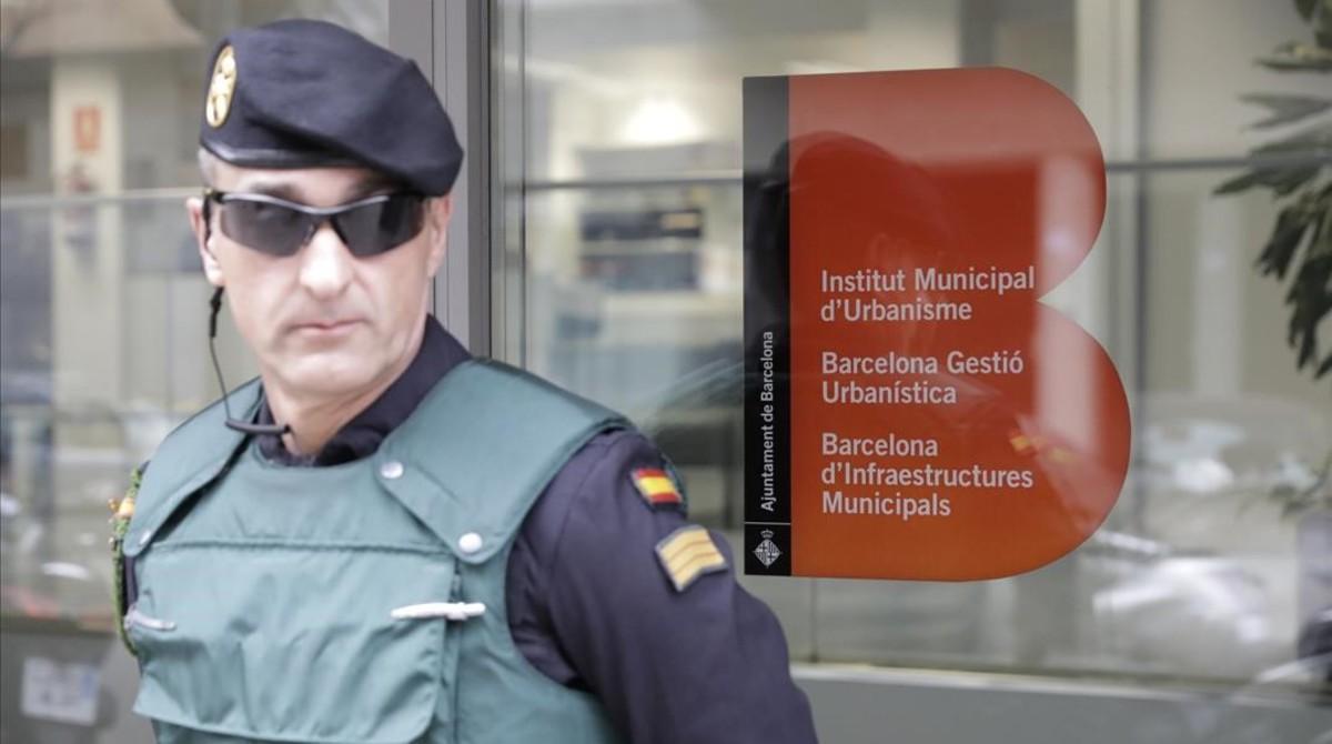 Un agente custodia la entrada a las oficinas de BIMSA.