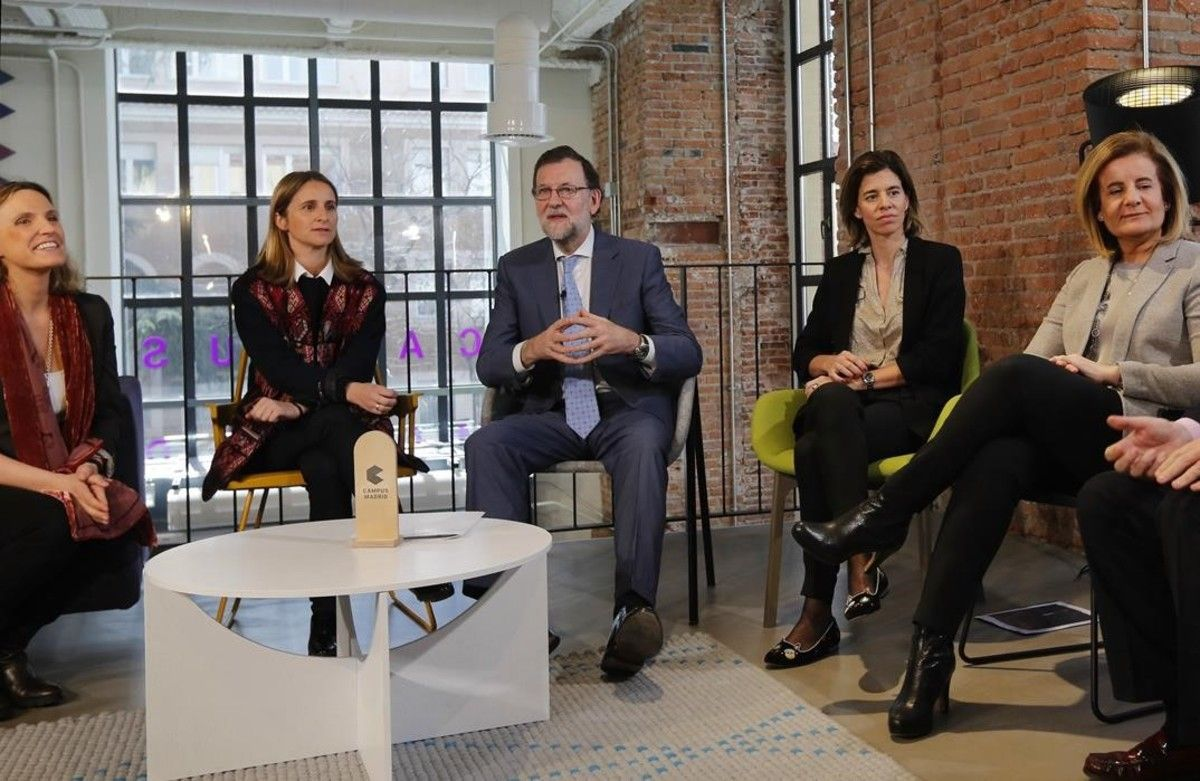 El presidente del Gobierno en funciones, Mariano Rajoy, y la ministra de Empleo, Fátima Báñez, en un acto con mujeres emprendedoras.