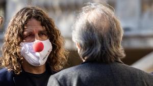 Carles Pujol escucha a Serrat