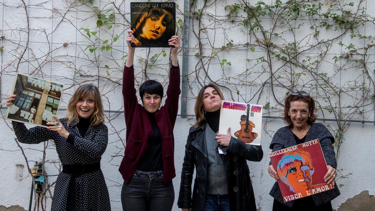 Mone Teruel, Anna Roig, Sílvia Comes y Laura Simó, exhibiendo las portadas de discos Guillermina Motta en la sede de la SGAE.