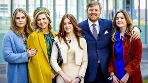 Los reyes Guillermo y Máxima junto sus hijas Ariane, Alexia y Amalia.