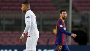 Messi mira a Mbappé.